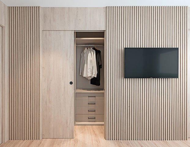 Vista del frontal del vestidor hecho a medida con una solucion de tableros de madera