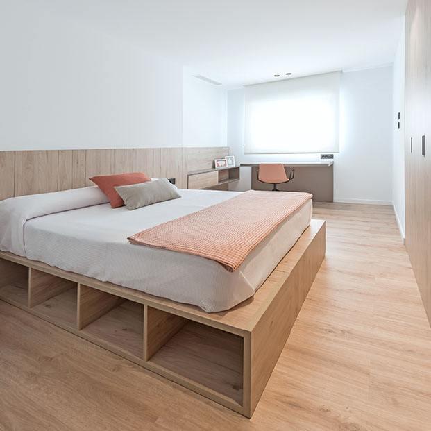 El dormitorio principal cuenta con una cama hecha a medida