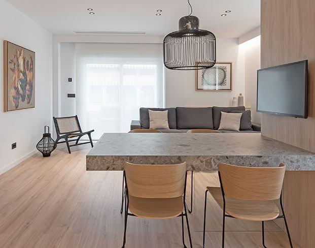 El salón comedor del apartamento está conectado con la cocina