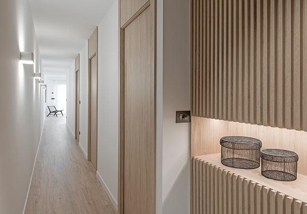Vista del apartamento de playa en la que la madera es la gran protagonista