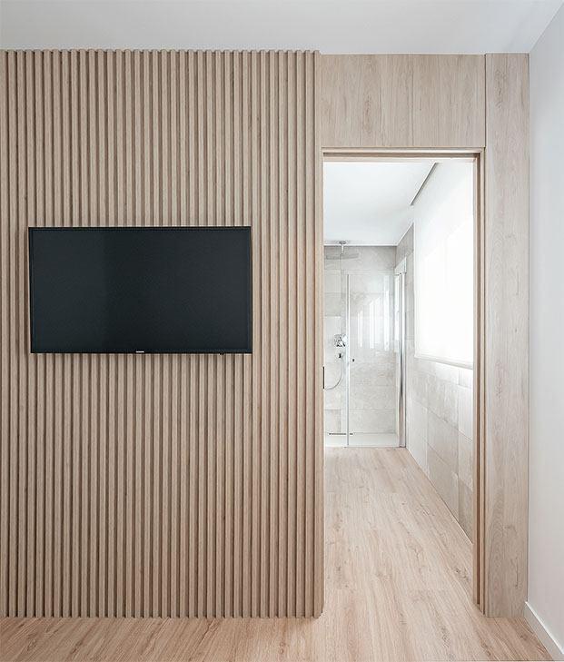 Vista del baño del dormitorio principal con una puerta que se integra en el espacio