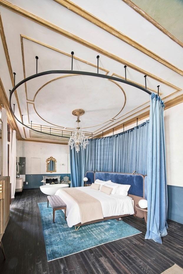 cortinas terciopelo azul OHLAB. Can Bordoy Grand House & Garden