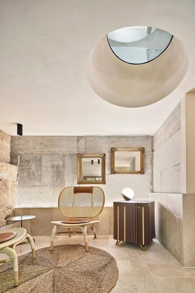 Muebles de diseño y a medida contrastan con el acabado tosco de las paredes