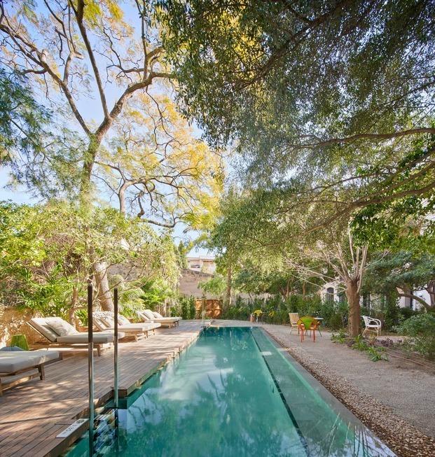 En el jardín y la piscina del hotel Can Bordoy, mobiliario de diseño de Moroso