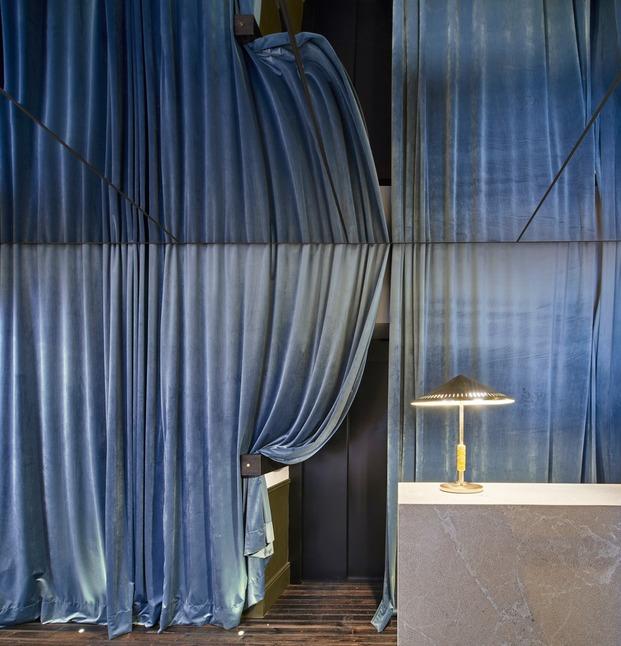 Detalle de las cortinas de terciopelo