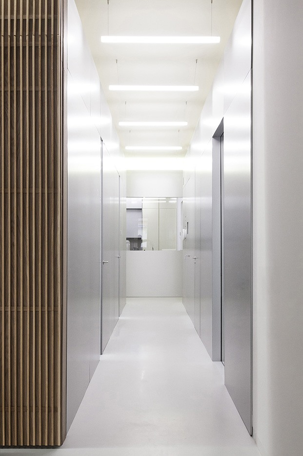 Clínica Dental Carbonell. Paiporta, Valencia. Interiorismo de Made Studio. Acero