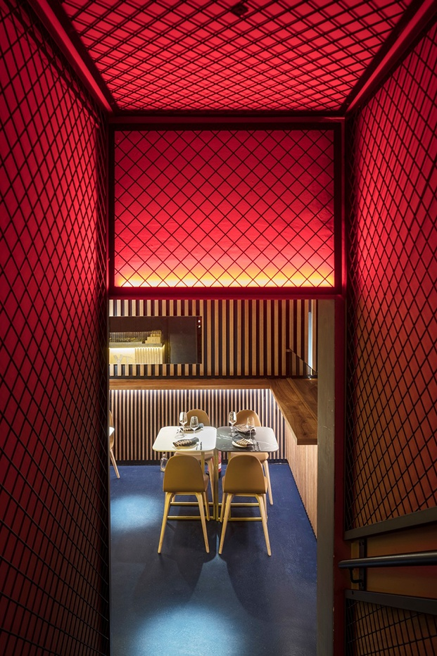 Restaurante Txalupa Gastroleku, de El Equipo Creativo. Paredes rojas