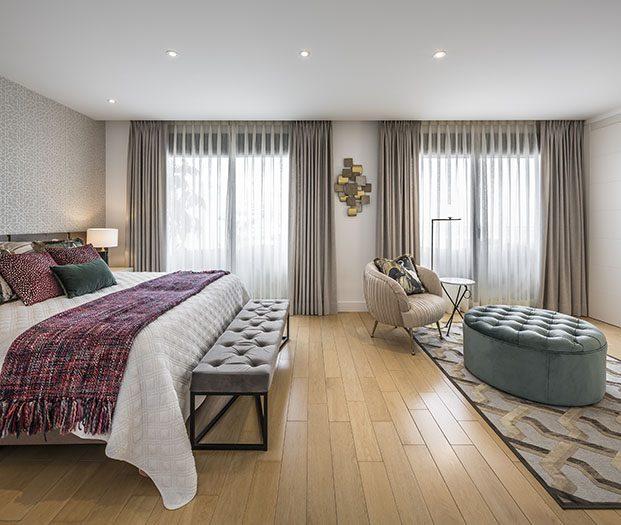 El dormitorio principal de la casa de vacaciones cuenta con mobiliario hecho a media por el interiorista Rafael Senabre