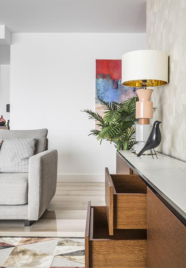 Detalle como la lámpara de Aromas de el campo personalizan la decoración de esta casa de vacaciones