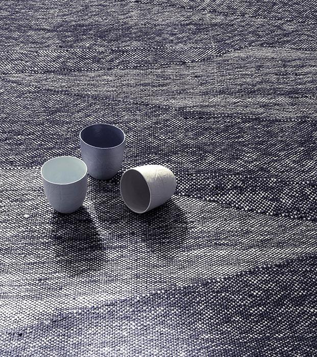 alfombra tejida a mano. color azul. nanimarquina