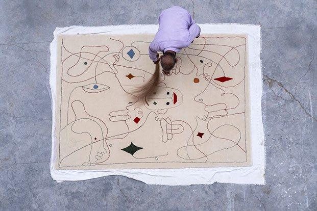 alfombra nanimarquina diseñada por Jaime Hayon. Escoba india.