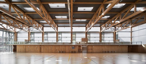 Turo de la Peira. Polideportivo. Anna Noguera arquitecta. Vegetación. Interior. Pista deportiva
