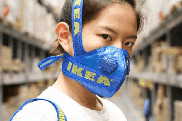 Mascarilla hecha con la bolsa azul de IKEA