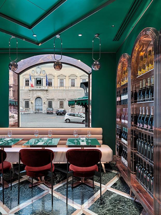 La ventana junto a la plaza Farnese Fachada del cafe VyTA Farnese en Roma
