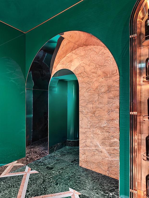 Detalle de la arquitectura interiorFachada del cafe VyTA Farnese en Roma y sus suelos de mármol