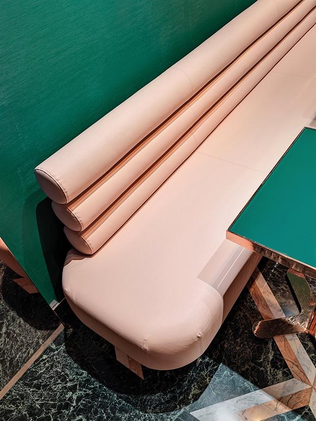 Detalle del sofá hecho en eco cuero rosa por Atelier +39