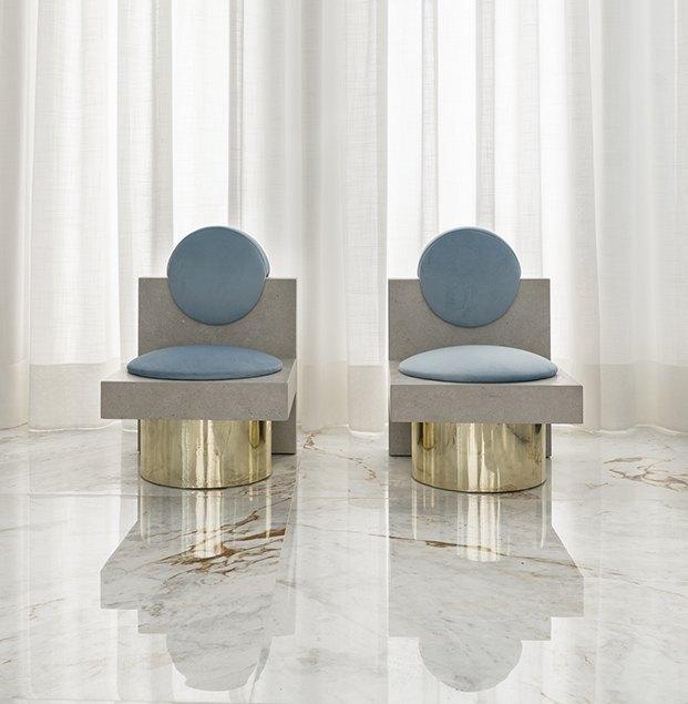 Dos butacas diseñados especialmente en cerámica para el espacio Roca de de Casa Decor 2020