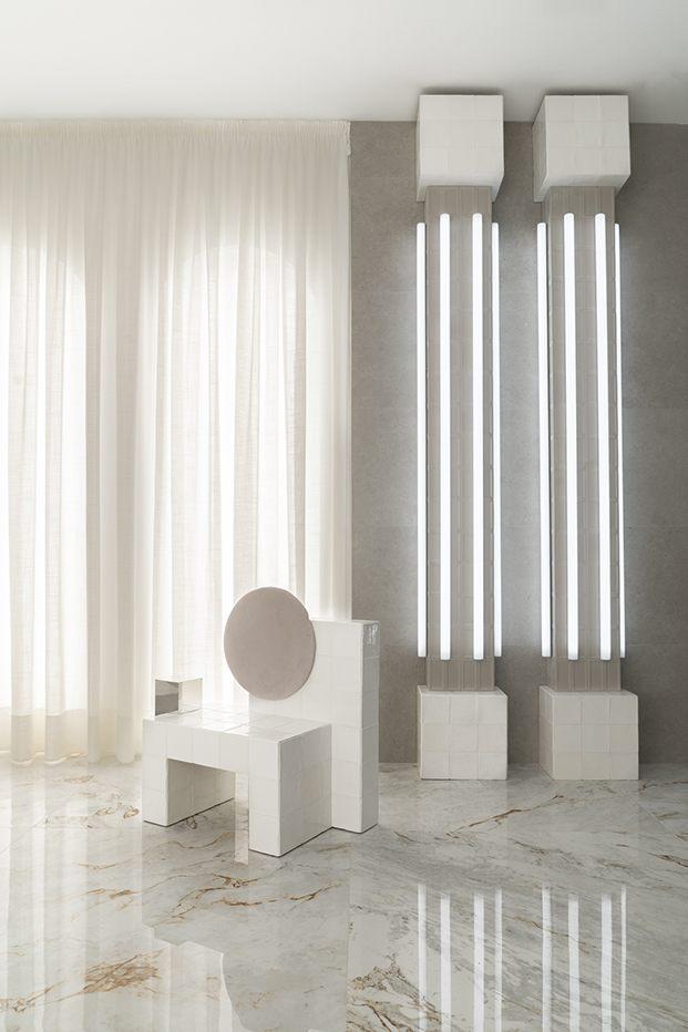 Cortinas y columnas intentan dar luminosidad y restar frialdad en el espacio Roca de Casa Decor 2020
