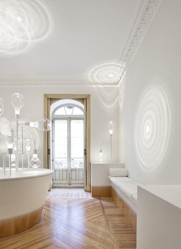 Espacio Niessen de Casa Decor 2020 por Mayice. En la pared las lámparas proyectan círculos cambiantes
