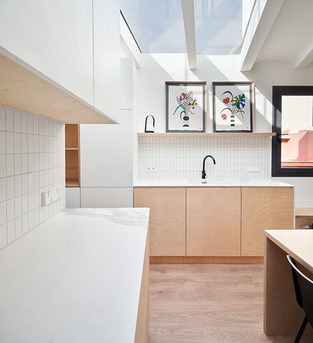 Vista de la cocina, en blanco y madera