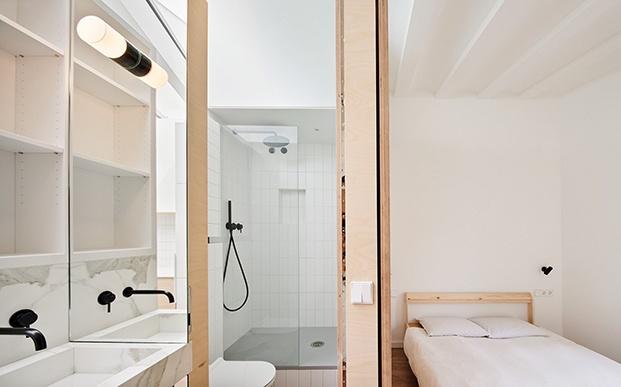 Vista del dormitorio principal hecho a modo de suite  y su cuarto de baño, el espacio está aprovechado al milímetro