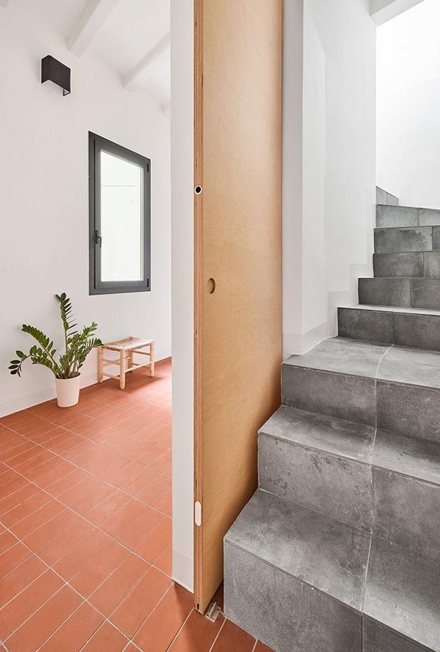 Baldosas rojas, madera clara y cemento son los materiales principales empleados en la Casa Akari