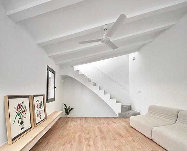La zona de estar con la escalera al fondo