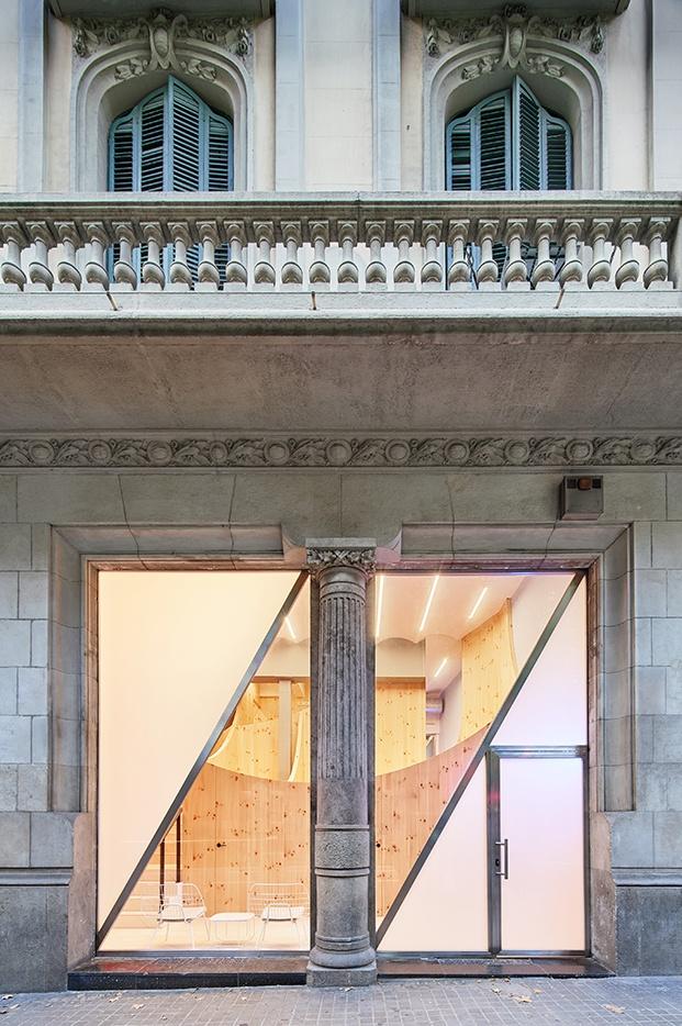 Fachada de la clínica dental Impress en el centro de Barcelona