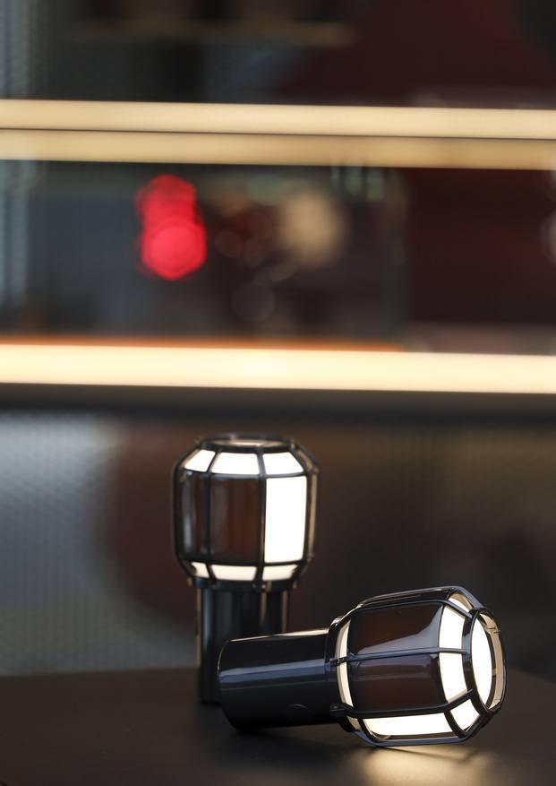 Marset Cupra. Lámpara portátil Chispa inspirada en las lámparas de mecánico