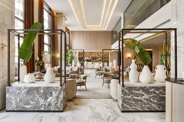 Materiales nobles  y jarrones de cerámica de autor en el lobby del hotel