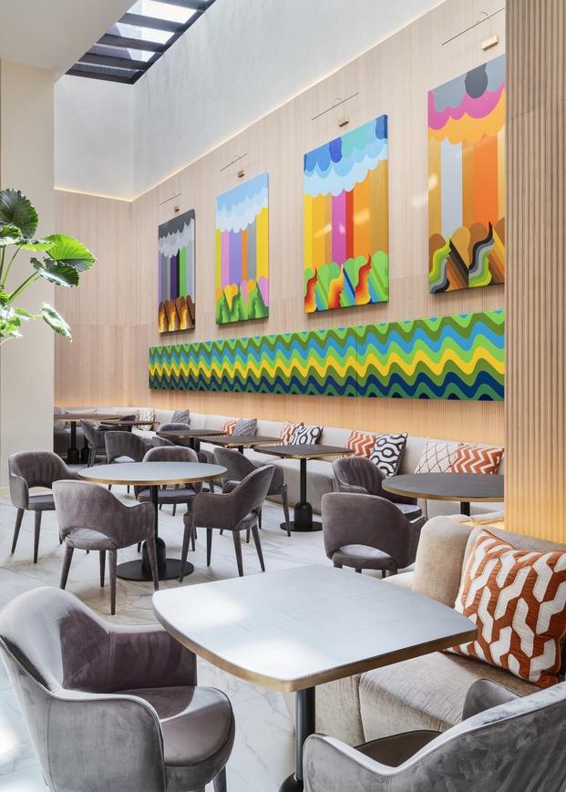 Pintores locales  como el prestigioso Mohamed Melehi, exponen sus obras en el hotel.