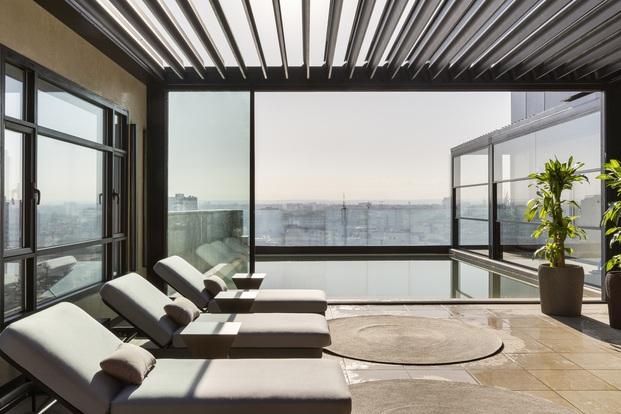 En la planta catorce el Caprice Sky Bar ofrece cócteles y espectaculares vistas panorámicas