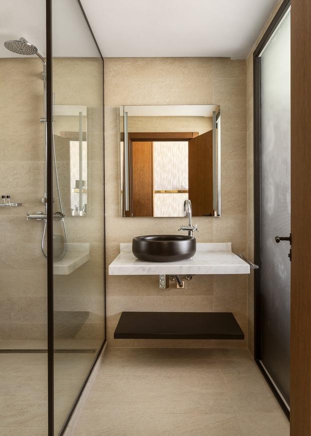 Detalle del cuarto de baño en blanco y negro y madera