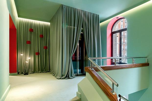 Cortinas verdes hechas con las nuevos tejidos de Sunbrella en el espacio de Telar Interior por EstudiHac en CasaDecor 2020