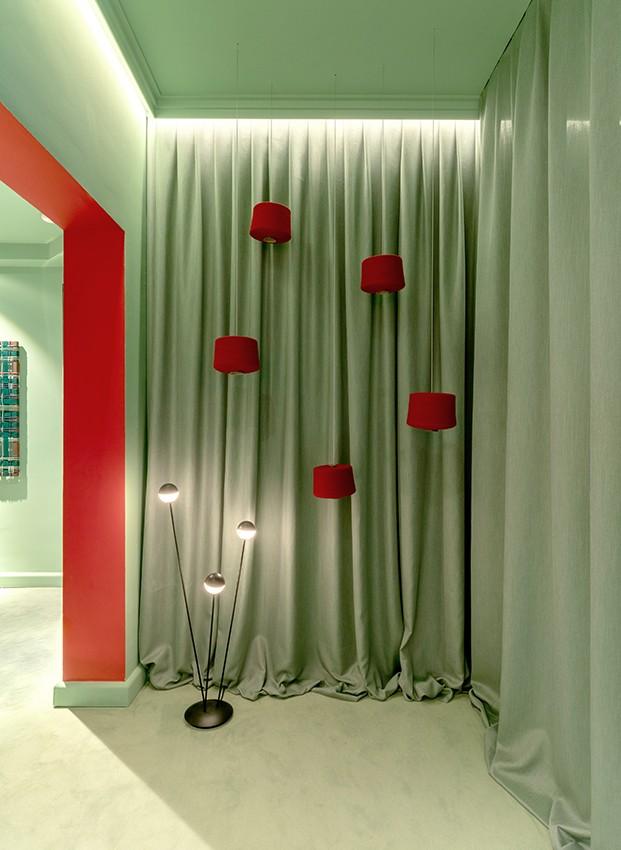Verde  y rojo y la làmpara Alfi de Estiluz premio NYCxDesign en el espacio Telar interior de EstudiHac en CasaDecor 2020