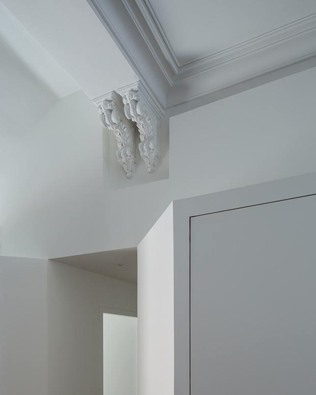 Detalle de recorte del pladur para conservar la moldura original del techo