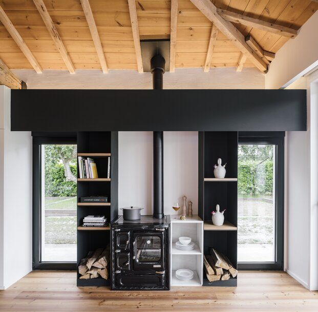 Madera y hierro, blanco y negro, el diseño interior apuesta por los contrastes