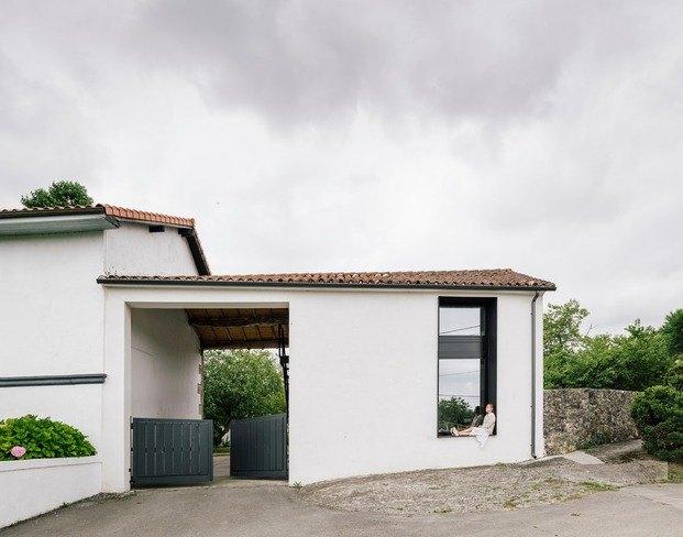 Vista de la fachada y el anexo de lo que fue un antiguo establo en Güemes (Cantabria)