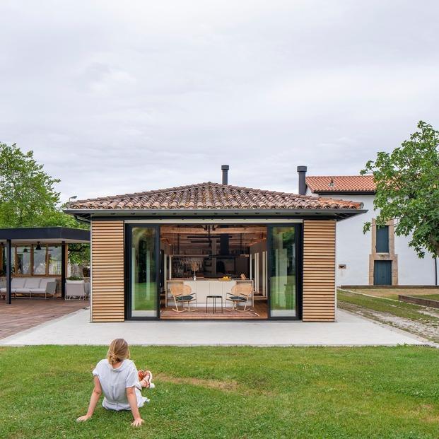 El salón conecta con los espacios exteriores abiertos a los montes de  Cantabria