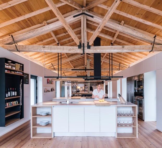 La cubierta de vigas madera protagoniza el espacio de la cocina