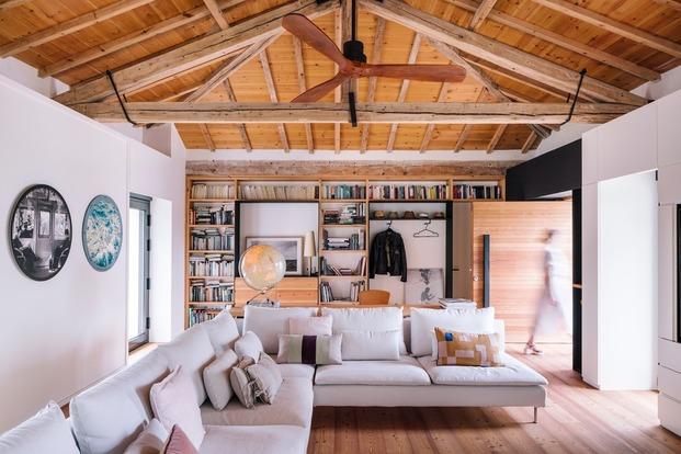 Zona de estar del salón con la librería al fondo