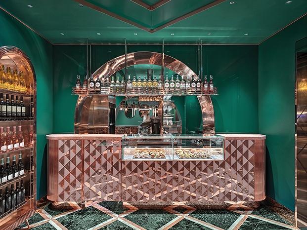 rosa y verde arcos y juegos de líneas geométricas en el cafe VyTA Farnese en Roma