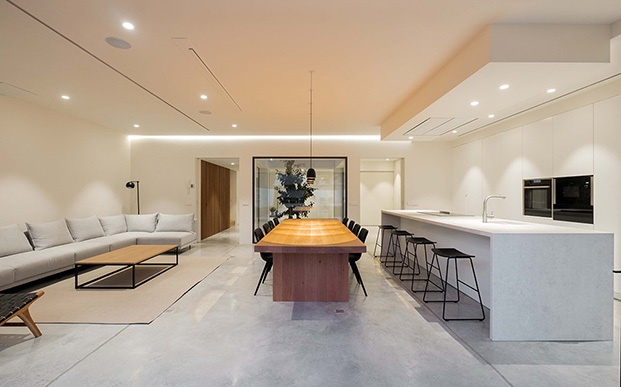 El salón, comedor y cocina comparten un único y amplio espacio
