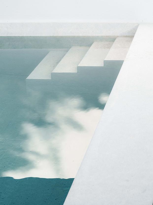 Detalle de la piscina de la vivienda diseñada por Company Studio con baldosas de piedra natural