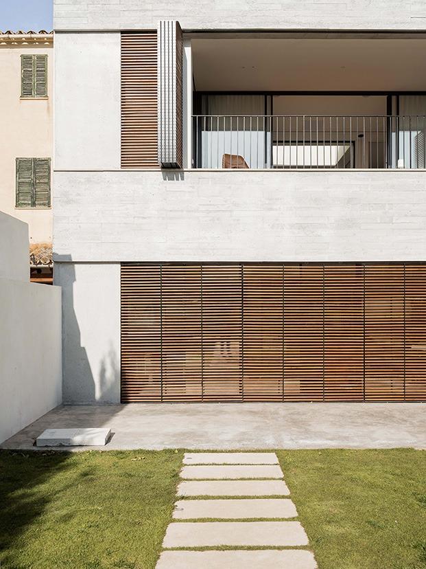 Vista de la doble altura de la vivienda que se abre hacia el patio y jardín interior