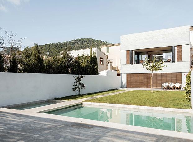 Vista del nuevo jardín interior de la antigua vivienda en Alaró reformada por Company Studio