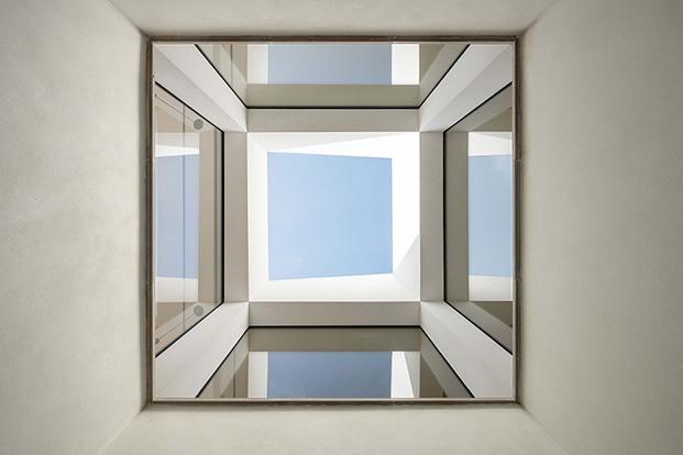 Detalle de la arquitectura y el patio interior que alcanza la doble altura de la vivienda diseñada por Company Studio