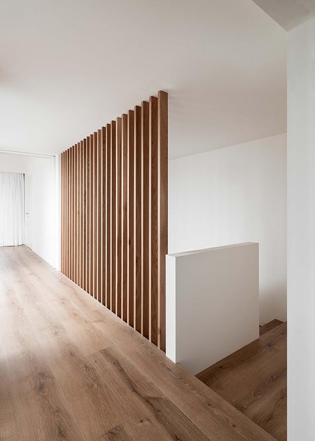 En la planta alta, que acoge los dormitorios,  la madera de roble y de iroco es la gran protagonista de la vivienda diseñada por Company Studio