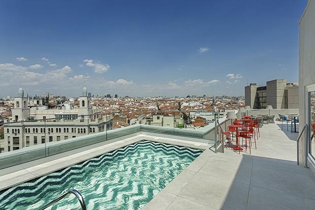 La piscina del Macarena Room Mate, un proyecto de Tomás Alía, cuenta con espectaculares vistas a la Gran Vía madrileña