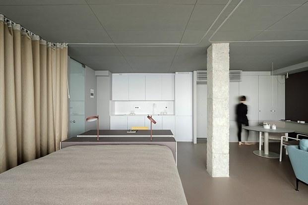 Un carril recorre el techo y la cortina abre y cierra espacios a conveniencia